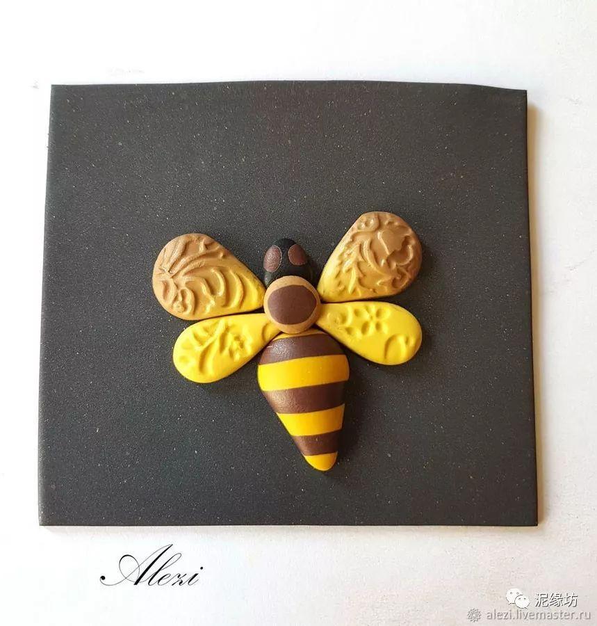将蜜蜂各部件组合在一起,放置在黑色软陶片底层上.