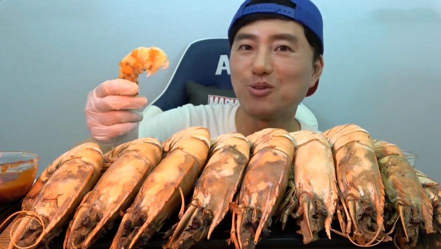 大胃王吃10只基围虾,比手臂还粗,看清后,网友:我能吃30只|手臂为什么会粗