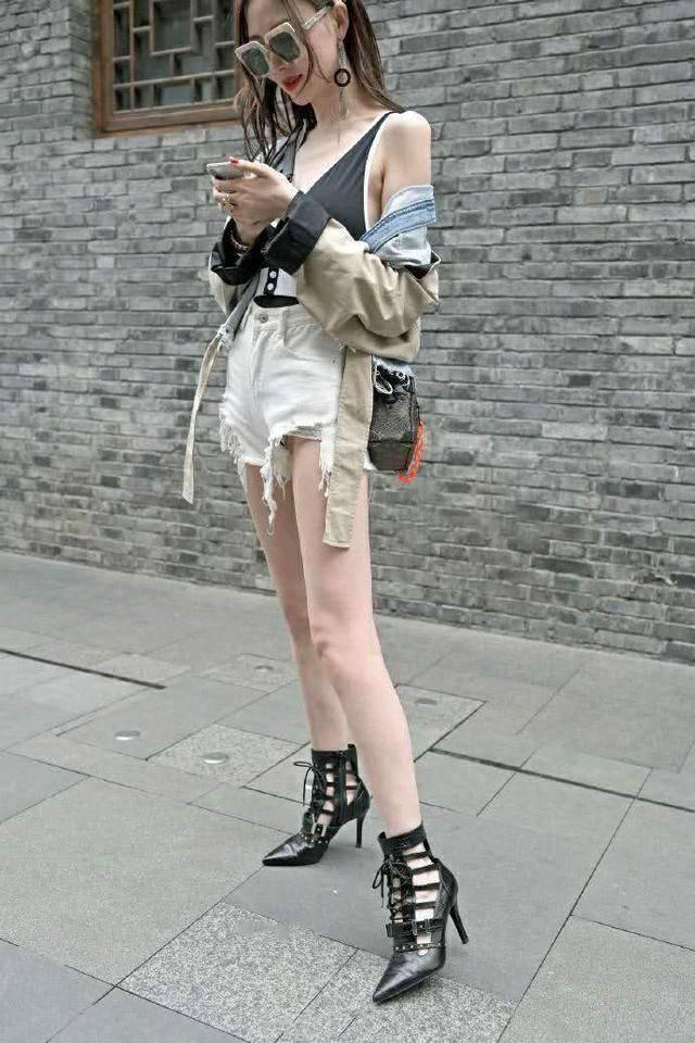 街拍:气质小姐姐女王范出街,牛仔外套披着更好看插图(10)
