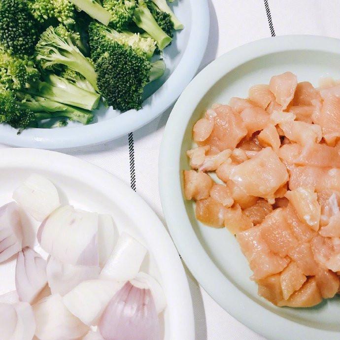 [吹爆这锅西兰花炖鸡胸肉] 西兰花下锅煮几分钟