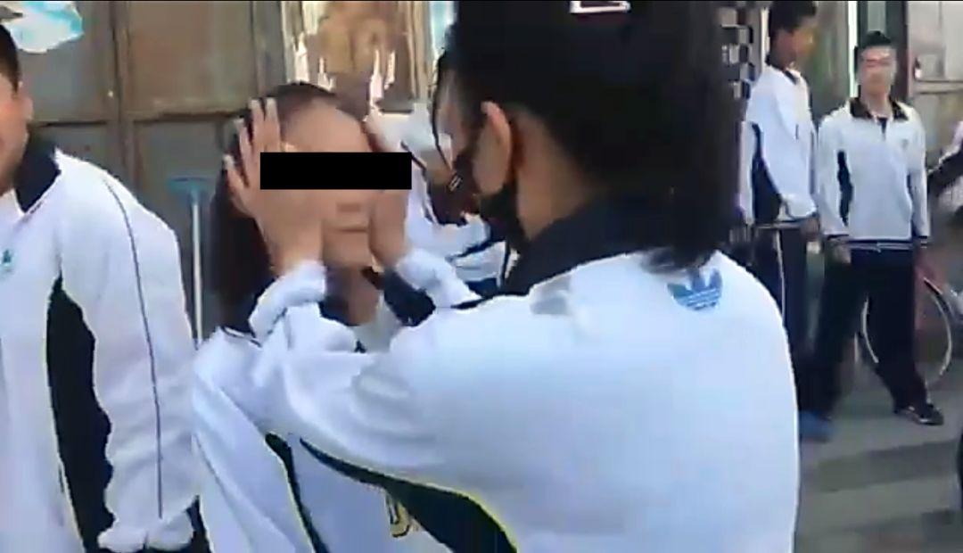 急速赛车开户黑龙江一女生被3名女同学当街轮流扇嘴巴,还被