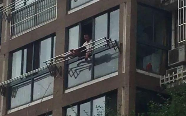 匪夷所思 匪夷所思!10岁女童被亲爹绑高楼晾衣杆外教育,网友愤怒:这