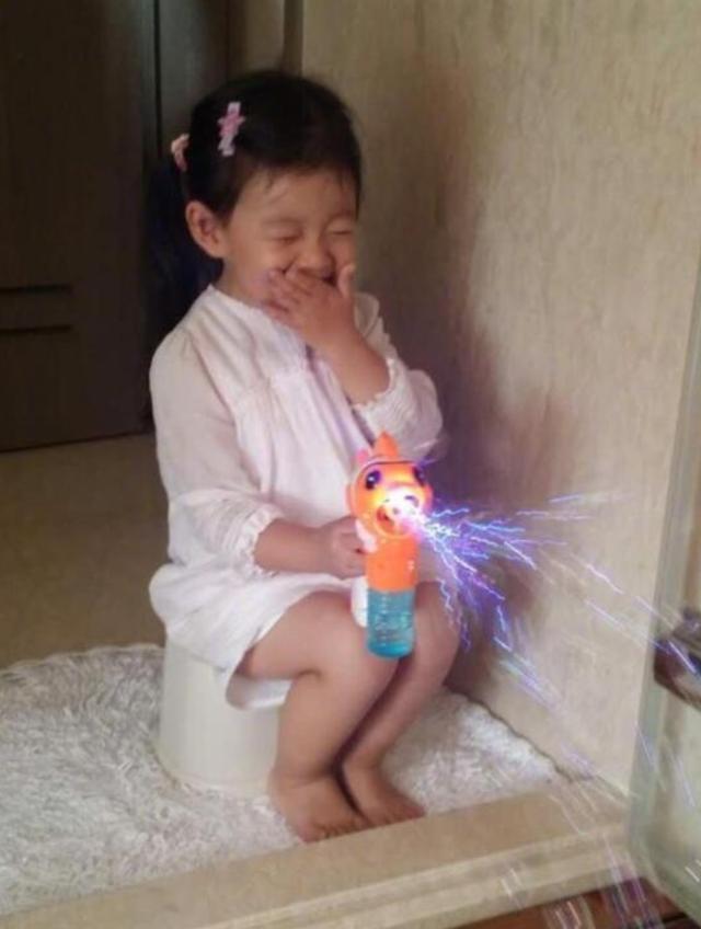 """大S女儿""""公主坐""""引网友点赞:孩子的教养,是家长最好的名片"""