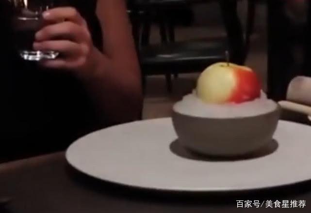 """米其林餐厅 [男子到米其林餐厅消费,切开""""冰镇苹果""""后,便知道贵的原因]"""