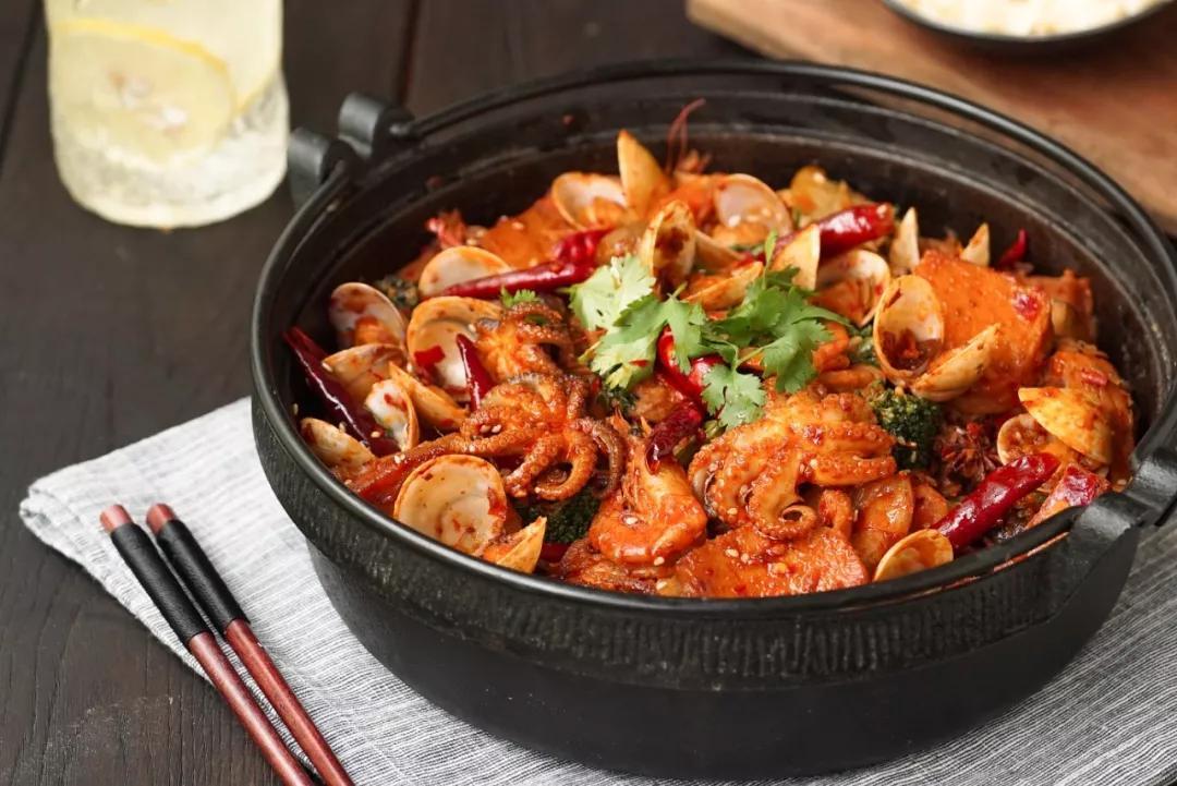 如何在家做出绝妙的麻辣香锅?用火锅底料炒!