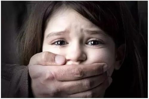 人贩子冒充家属当街抢娃,宝妈用一招化险为夷,值得所有父母一看