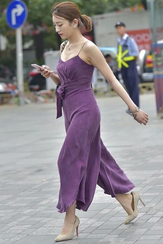 街拍:气质小姐姐女王范出街,牛仔外套披着更好看插图(7)