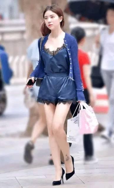 街拍:气质小姐姐女王范出街,牛仔外套披着更好看插图(13)