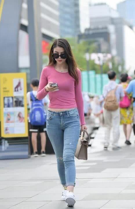 街拍:气质小姐姐女王范出街,牛仔外套披着更好看插图(3)