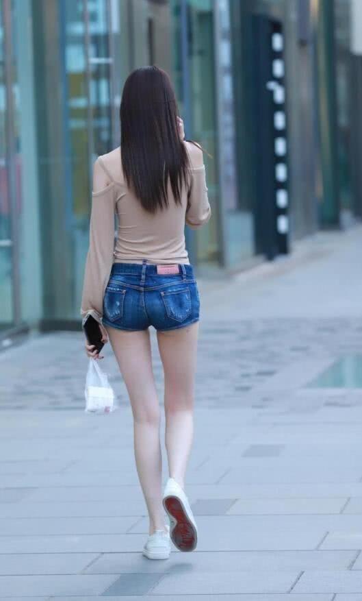 街拍:气质小姐姐女王范出街,牛仔外套披着更好看插图(1)