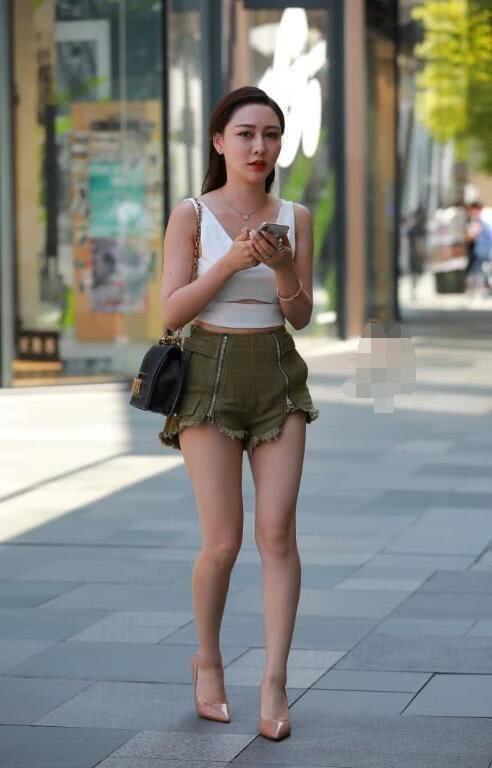 街拍:气质小姐姐女王范出街,牛仔外套披着更好看插图(6)