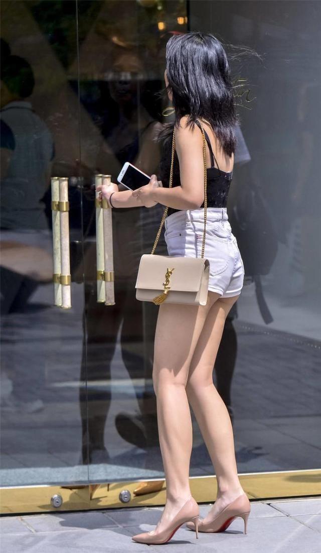 街拍:气质小姐姐女王范出街,牛仔外套披着更好看插图(9)