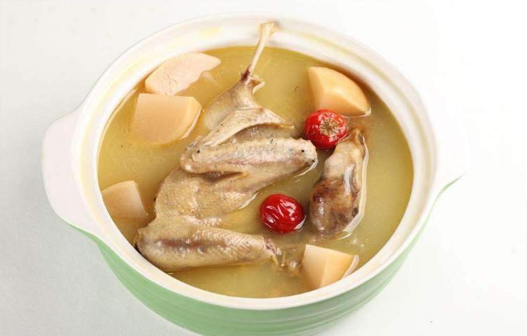 养生老鸭汤 养生达人都说夏天要喝三七老鸭汤,那就去厦门宝龙一城这家