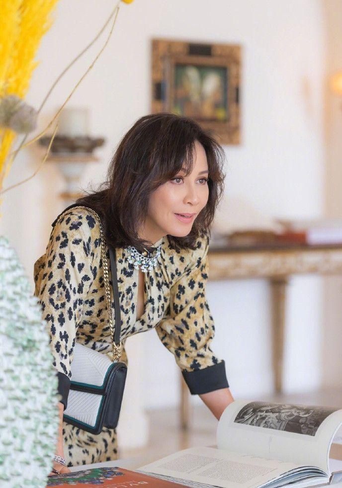 53歲劉嘉玲現身,裸粉唇配豹紋裙美炸了,自信果然是最好的化妝品