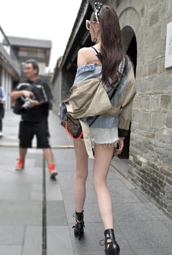 街拍:气质小姐姐女王范出街,牛仔外套披着更好看插图(4)
