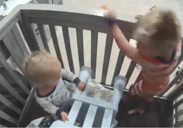 """小孩版""""越狱"""":3岁哥哥协助弟弟逃离婴儿床,爸妈看监控时都呆了 越狱1"""