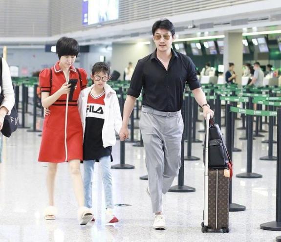 原创            陆毅一家人走机场,一手推