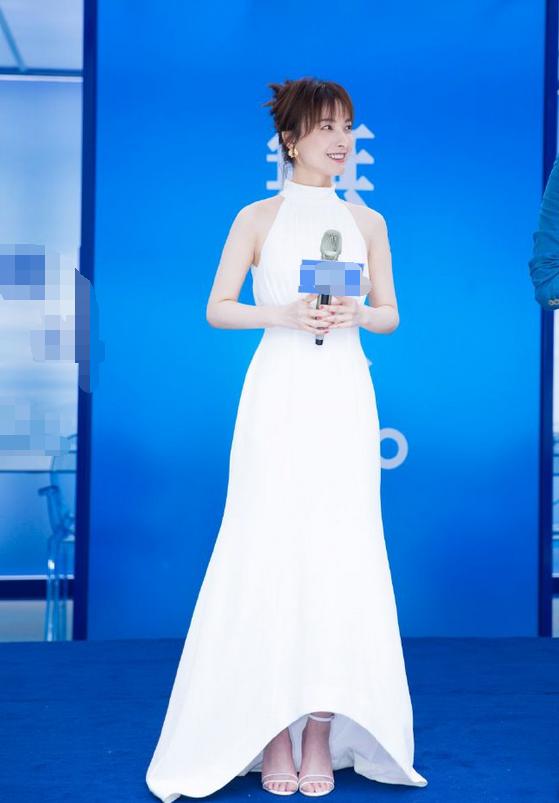 吳昕終于穿對了!用白T配條紋長裙,清爽又減齡,36歲硬嫩成16歲