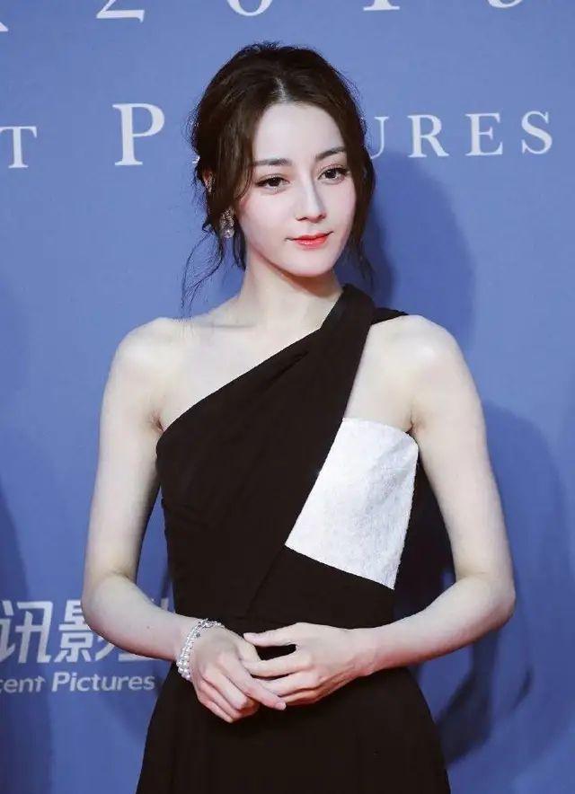 王子文比例好超會穿,同穿緊身裙的熱巴比她高,腿看著卻短一截!