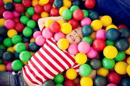 不需要花大钱买玩具,只要善用家里的物件,每天拨出15~20分钟好好的陪孩子玩游戏