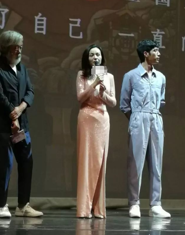 53歲鄔君梅48歲王琳同穿粉亮片裙,終于見識了中年女性最美的樣子
