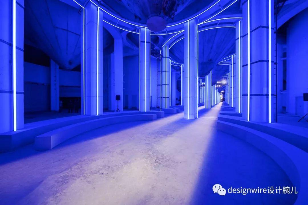 更有霓虹灯勾勒房间形状,呼应秀场空间设计.