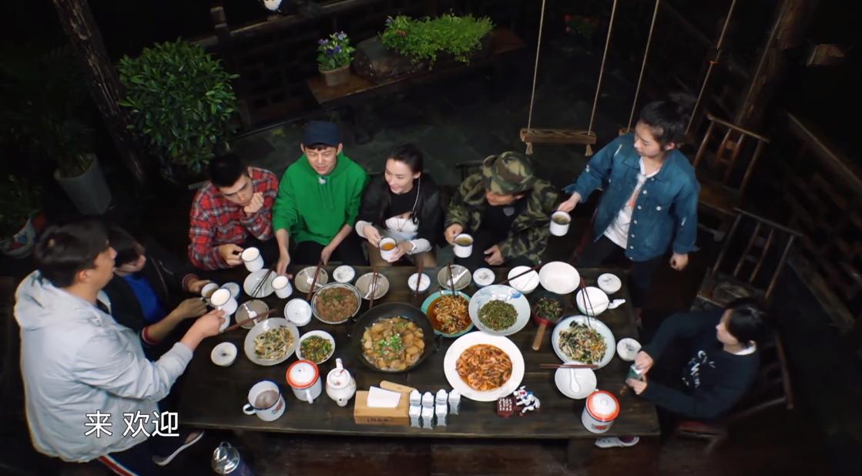 张柏芝只吃纯素菜,坐C位大口扒饭,却因减肥剩了大半碗饭好浪费