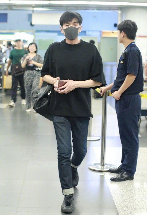 被传婚讯后,张若昀独自现身机场赶赴爱尔兰筹备婚礼,全程很紧张