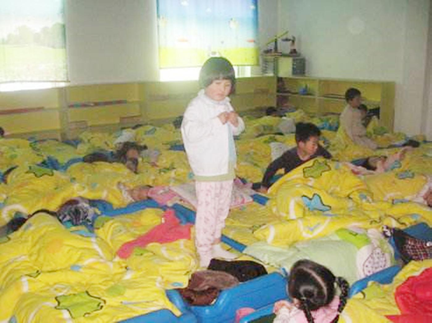 孩子幼儿园穿错衣服,两位家长不同的说法,让老师红了脸