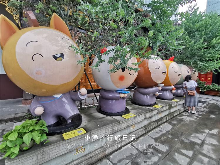 中国最 萌 古寺庙 小和尚都是卡通造型,还有超美花海