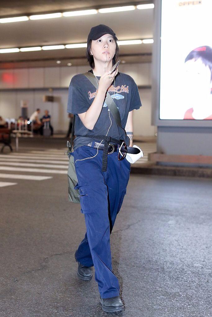 窦靖童机场作妖,打扮的像个妖精,没有一点王菲身上的气质!