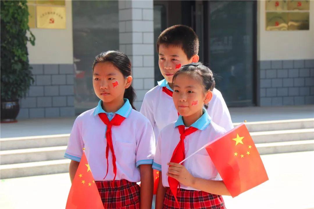 山东五莲:在灿烂阳光下 学生与老党员共话初心
