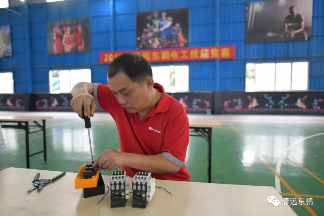 参赛选手根据评委提供的电路图,完成电动机正反转且使用功能正常等