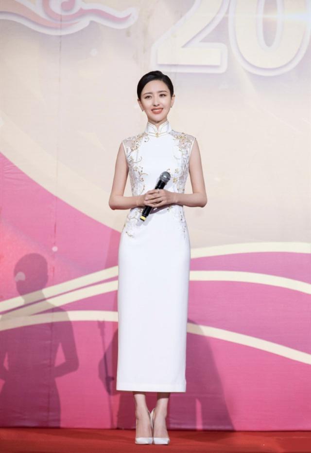 佟麗婭穿旗袍盡顯古典美,可看未修圖臉上的皺紋,真不信她35歲!