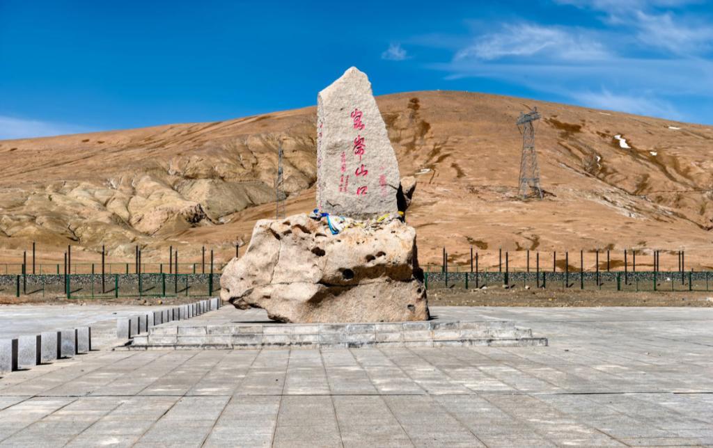 青藏高原上的第三大城市,神山盐湖胡杨林,这里美景不一般
