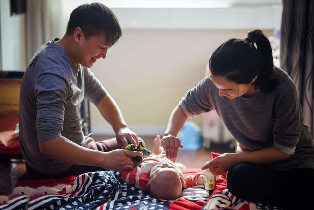 老爸带娃放飞自我,妈妈回家看到的情景,表示又生气又想笑