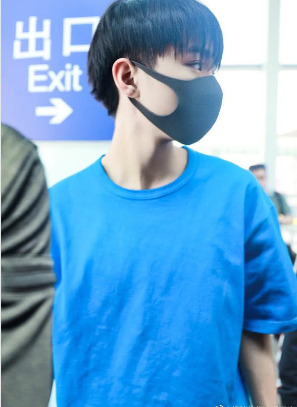 王俊凯身穿蓝色T恤搭配工装裤现