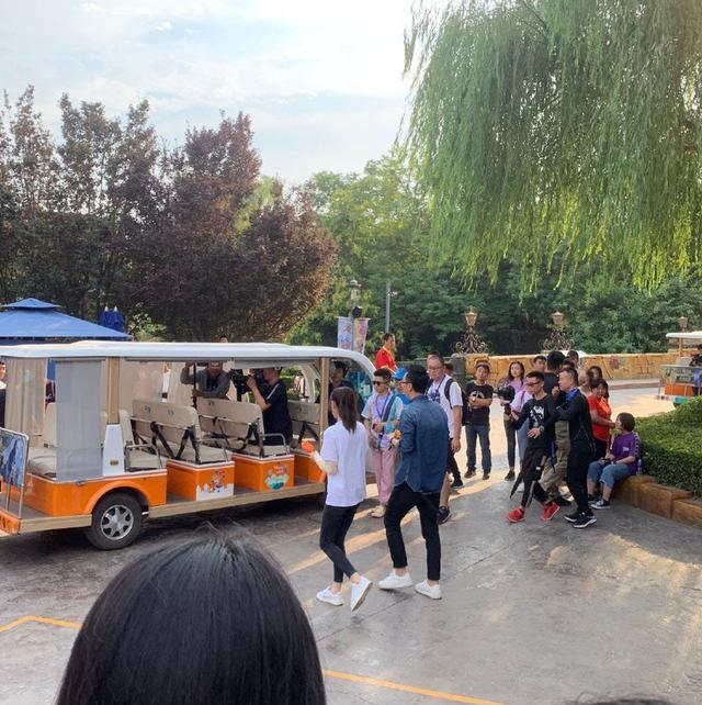 热巴欢乐谷录制节目被偶遇,打扮休闲活力满满,玩了两次过山车