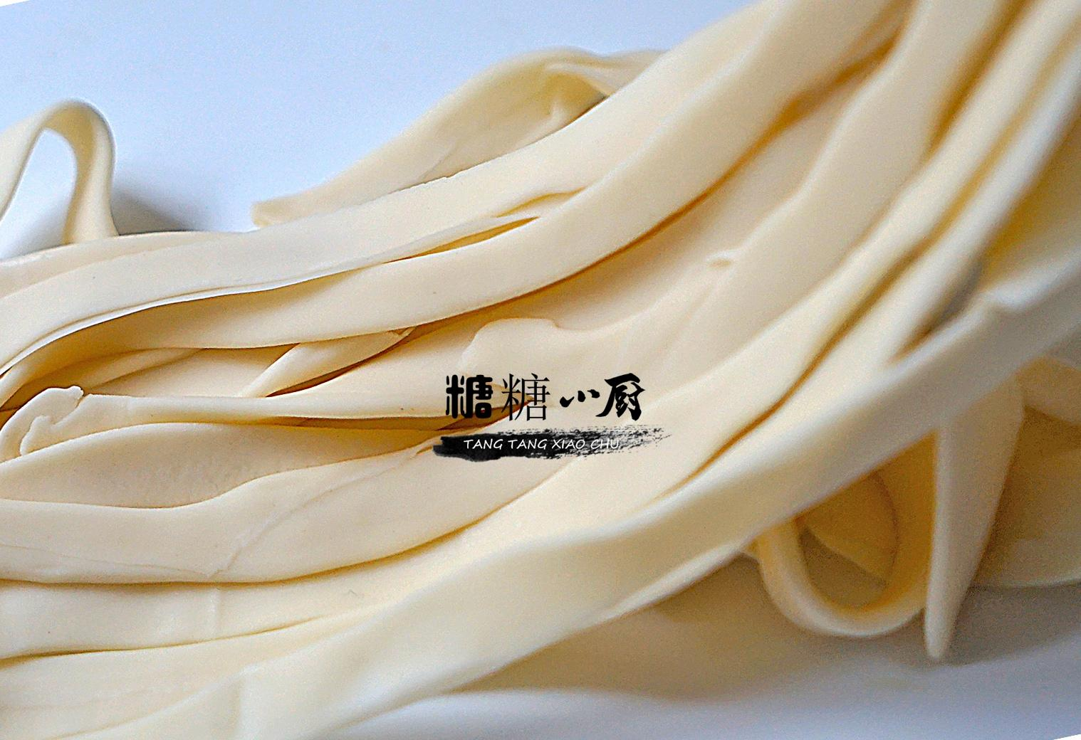 家里剩饺子皮,试试来做凉面,简单拌一拌特过瘾,天热吃最过瘾