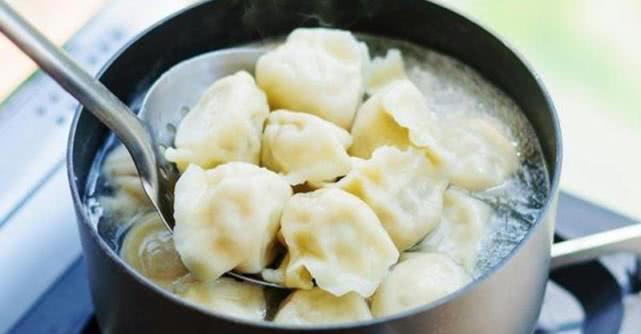 煮饺子时,水开下锅是大错特错的!多加这一步,才香嫩好吃不破皮