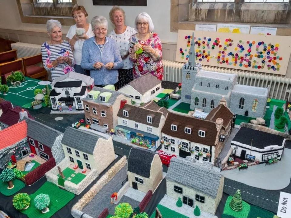 原创 7位英国奶奶组成编织小队,用毛线复刻小镇,可爱极了!