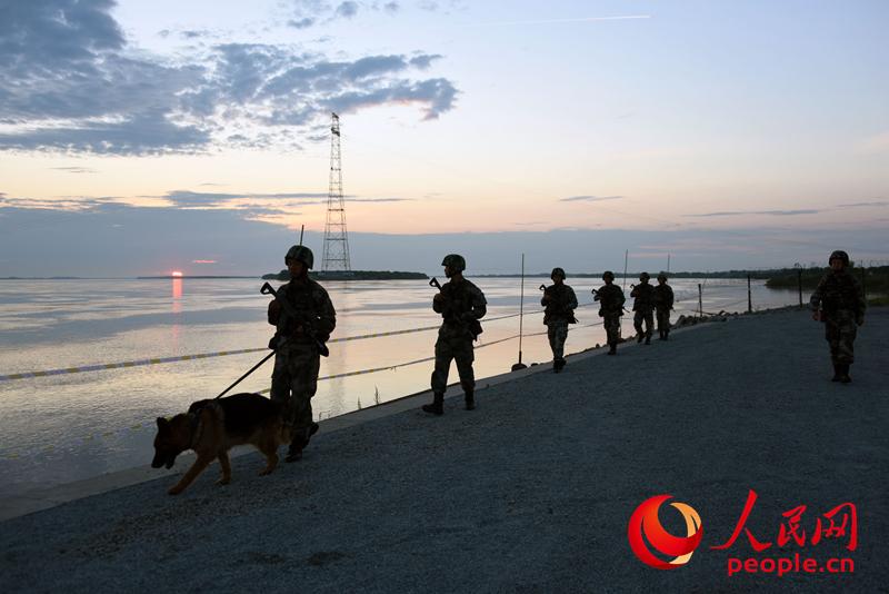 在东极哨所,我们把太阳迎进祖国
