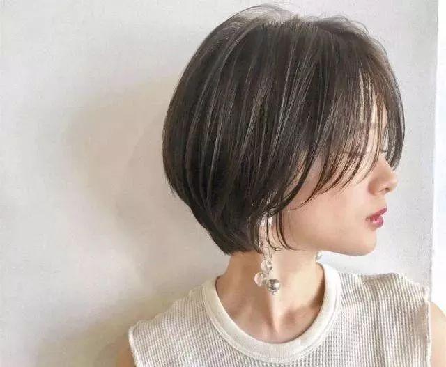 这款短发,看起来很清爽,而且还有一点甜美的感觉,染上一个显白的发色