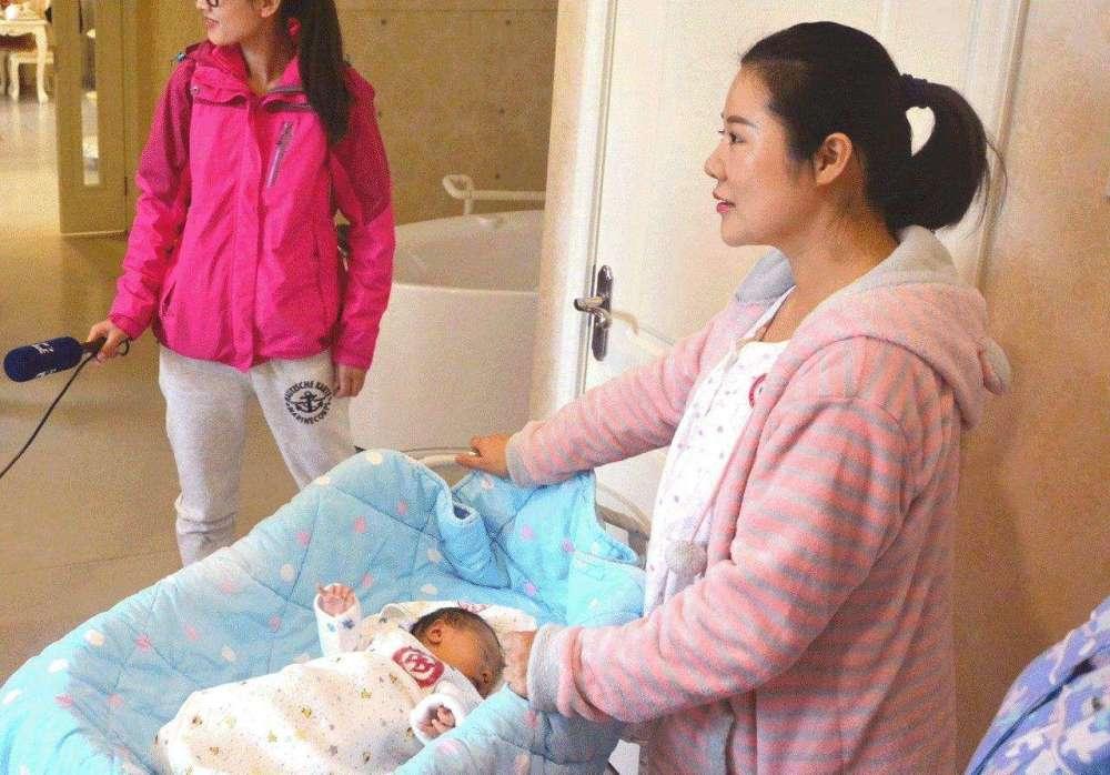 为什么美国产妇刚生完娃就喝冷水,下地走,而中国产妇却要坐月子