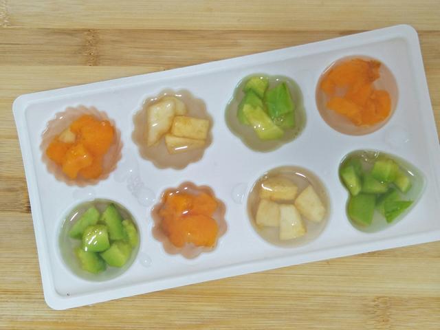 制作步骤: 1,先把自己喜欢吃的水果选择好,清洗干净,把它切成丁,今天