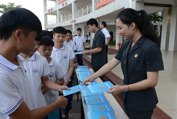 海南高院走进省经济技术学校进行禁毒知识宣传