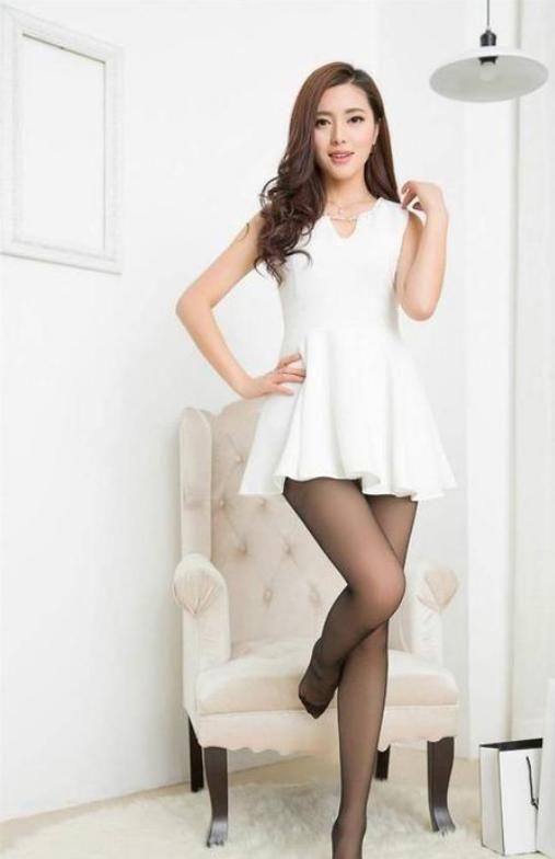 街拍女神:彩世界APP白色连衣裙,