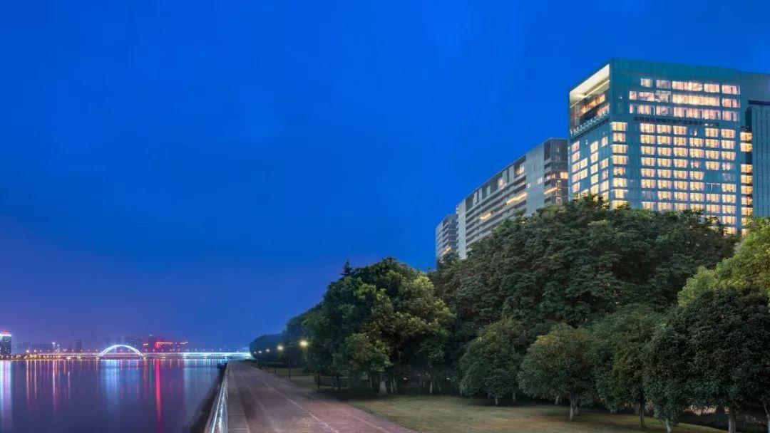 近在杭州,看奢华酒店如何演绎高级蓝!周冬雨,小野丽莎