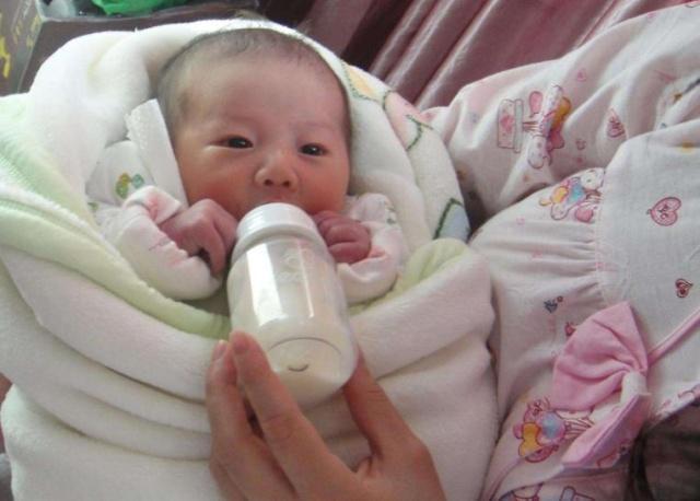 新生儿吐奶很正常,可若出现这3种情况,宝妈就要重视了