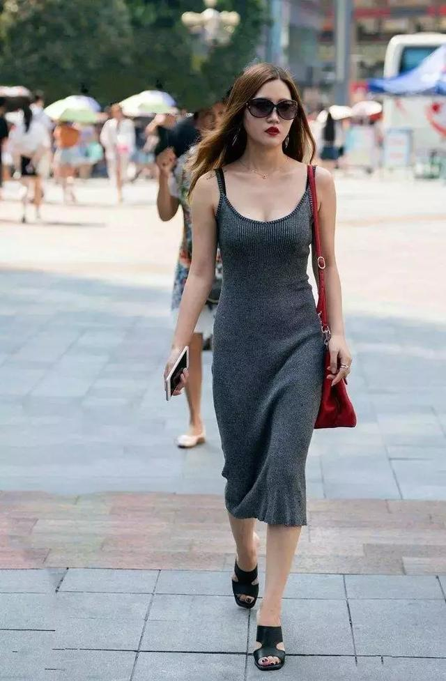 女生穿搭高跟鞋,显得彩世界APP又